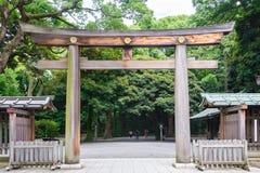 Portal drewniana bramy świątynia, Torii Meiji Jingu świątynia w Centr Zdjęcia Stock