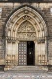 Portal gótico de la entrada de la catedral de Visegrado en Praga Foto de archivo