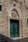 Portal med örnen av den Rossini slotten i Sibenik Arkivfoton