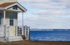 Portal mit dem Dach und Geländern, die einen See übersehen Lizenzfreies Stockfoto