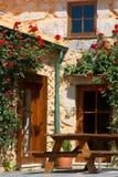 Portal mit schönen Blumen Lizenzfreies Stockbild