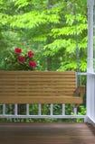Portal-Schwingen und Blumen Stockbild