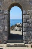Portal som inramar sikten till havet royaltyfri foto
