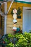 Portal und Eingang zu lokalem gelbem hölzernem Key West-Haus mit den bouys und Anlagen, die durch Tür hängen stockfoto