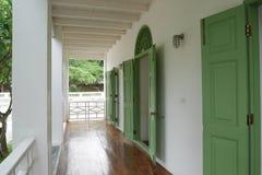 Portal, Verandaweiß mit Polierboden und grüne Tür Lizenzfreies Stockbild