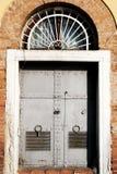 Portal viejo del hierro en la pared de ladrillo Imagenes de archivo