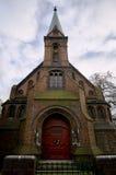 Portal y puertas en una iglesia gótica protestante Fotografía de archivo libre de regalías