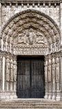 Portale dell'entrata della chiesa e cattedrale gotica delle porte Immagine Stock
