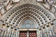 Portale principale della cattedrale storica di Barcellona fotografia stock
