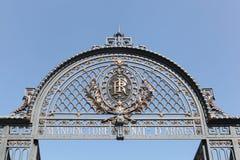 Portalen av den gamla franskan tillstånd-ägde det fabriks- företaget som lokaliserades i staden av St Etienne, Frankrike arkivfoto