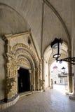 Portalen av domkyrkan av St. Lawrence i Trogir, Kroatien, beskådar från inre Arkivfoton
