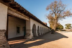 Portaler av beskickningen och Plazafyrkanten i San Juan Bautista, Kalifornien, USA royaltyfria foton