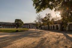 Portaler av beskickningen och Plazafyrkanten i San Juan Bautista, Kalifornien, USA royaltyfri fotografi