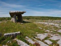 Portalgrab von den Felsen nahe Poulnabrone in Irland stockbilder