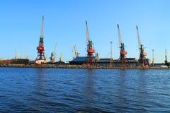 Portalkräne auf dem Ufer des Flusses Lizenzfreie Stockfotos