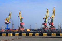 Portalkräne im Hafen Stockfotos