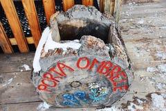 Portaombrelli fatti di legno in montagne di Dolomiti, Italia Immagini Stock Libere da Diritti