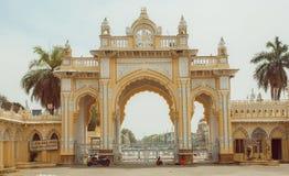 Portar av den Mysore slotten som byggs för ingång av den kungliga indiska familjen i 1912 Arkivfoto