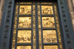 Portar av paradiset med bibelberättelser på dörr av Duomodopkapellet i Florence Arkivbilder