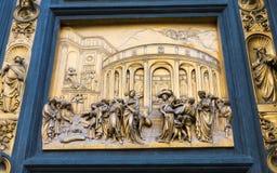Portar av paradiset med bibelberättelser på dörr av Duomodopkapellet i Florence Arkivfoto