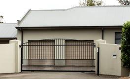 Portar för metallkörbanaingång ställde in i tegelstenstaket Royaltyfria Foton