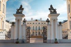 Portar för Rundale Lettland slottingång royaltyfri bild