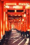 Portar f?r Fushimi Inari Taisha relikskrintorii i Kyoto, Japan royaltyfri fotografi