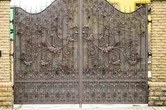 Portar in i borggården, portsikt från gatan, förfalskad port Royaltyfri Foto