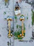 Portar med handtag på låset, gamla metalldörrar arkivfoto