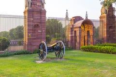 Portar med kanonen på ingången till huset av parlamentet Royaltyfri Foto
