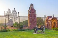 Portar med kanonen på ingången till huset av parlamentet Royaltyfria Bilder