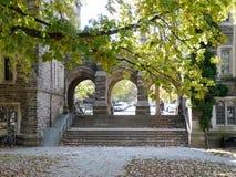 Portar mellan Henry och Folke Halls i universitetsområde på Princeton Unive Arkivbilder