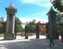 Portar till elen Retiro parkerar i Madrid Arkivbilder