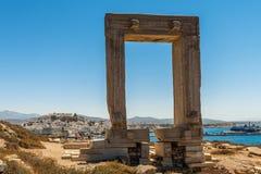 Portara mit Chora von Naxos im Hintergrund lizenzfreie stockbilder