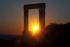 Portara no por do sol, Naxos, Grécia Imagens de Stock Royalty Free