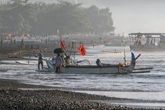 Portare un peschereccio per puntellare in Kasumba, un paesino di pescatori tradizionale sulla costa del sud del ` s di Bali, Indo fotografie stock
