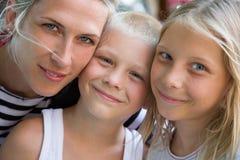 Portarit семьи, счастливые белокурые стороны женщины, мальчика и девушки совместно Стоковая Фотография
