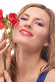 Portarit des blonden Mädchens mit roten Blumen Lizenzfreie Stockbilder