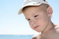 Portarit van jongen op de zomer overzees strand Stock Foto