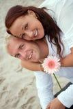 Portarit van romantisch paar door het strand Stock Foto's