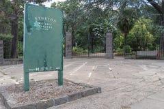 Portarna och tecknet för huvudsaklig ingång till de Kyneton botaniska trädgårdarna som är etablerade i 1858 Arkivfoton