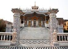 Portas ao templo Jain bonito em Kolkata fotografia de stock
