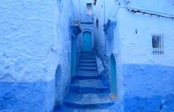 Portas azuis em Chefchaouen, Marrocos fotografia de stock
