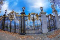Portas com detalhes dourados Entrada do parque verde ao lado de Buckin Fotos de Stock
