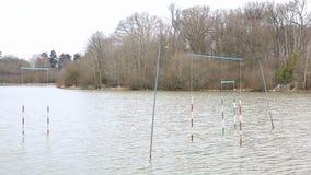 Portas da canoa e do caiaque em um lago filme