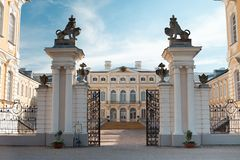 Portas da entrada do palácio de Rundale Letónia imagem de stock royalty free