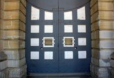 Portas da penitenciária com blocos da pedra calcária das barras de aço Foto de Stock Royalty Free
