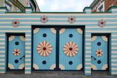 Portas de madeira com elementos decorativos foto de stock