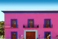Portas de madeira da fachada cor-de-rosa mexicana da casa Imagens de Stock Royalty Free