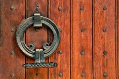 Portas de madeira da igreja e dobradiças intricadas do metal Foto de Stock Royalty Free